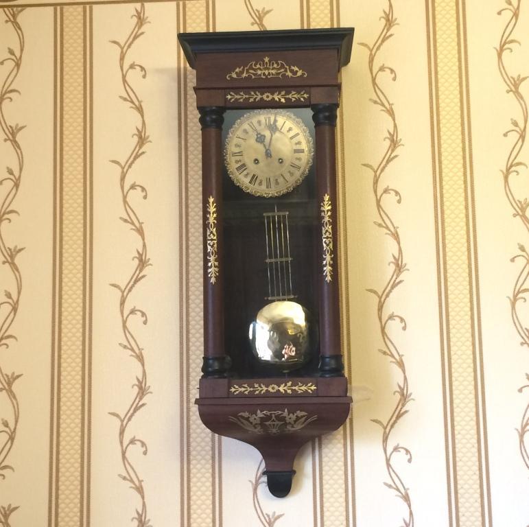Старинные настенные часы в стиле бидермейер