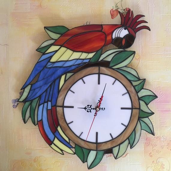 Часы настенные витражные попугай ручной работы