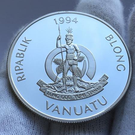 Серебряная монета островов Вануату