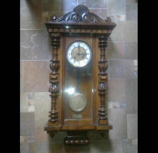 Старинные настенные часы kienzle с тесненным маятником и циферблатом