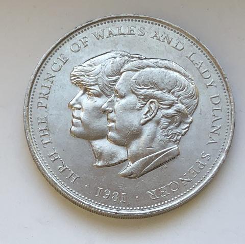 Монета одна британская крона