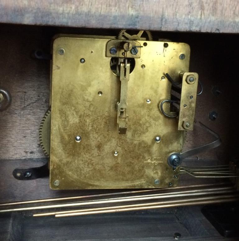 Старинные настольные немецкие часы с резьбой на корпусе