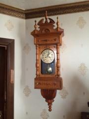 Старинные настенные часы в светлом деревянном корпусе большие