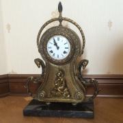 Старинные настольные часы в латунном корпусе с боем