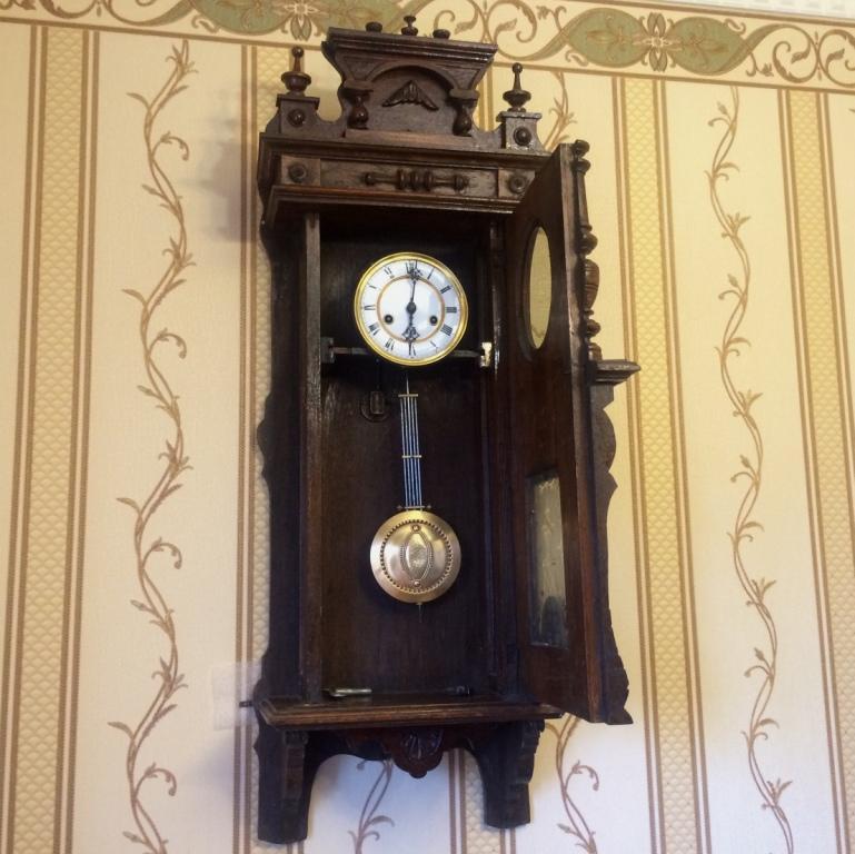 Циферблат часов выполнен из натурального дуба.